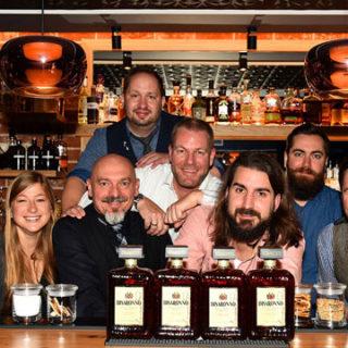 International: Männer mit Bärten mixen Cocktails mit Pfiff
