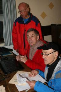 Chefsache: Die Ergebnisübertragung lag in den bewährten Händen von Manfred Kramer (stehend), Siegfried Lehmann (Mitte) und Wilfred Matlachowski.