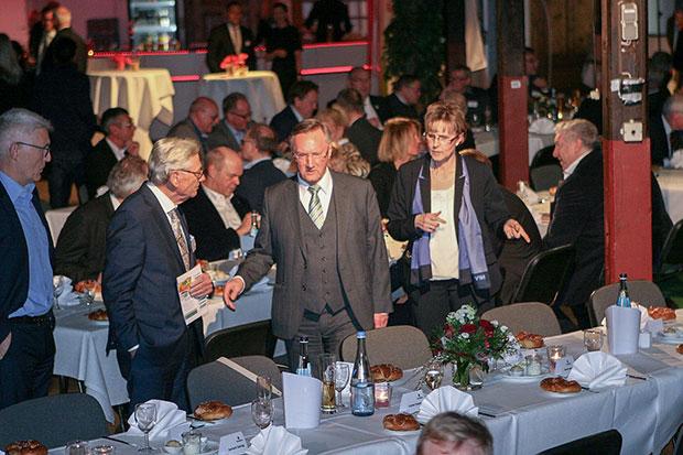 Platzsuche: Für Günter Distelrath (Mitte) war es eine Premiere – erstmals stand das traditionelle NFV-Treffen unter seiner Regie.