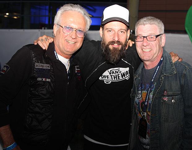 Schreibende Zunft trifft Künstler: Daniel Wirtz (Mitte) mit den Redakteuren Lars Andersen (links) und Erk Bratke. Wirtz-Rock gibt's am 6. Mai im Capitol.