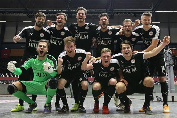 Masters-Sieger 2018: Der 1. FC Germania Egestorf/Langreder bejubelt den Cupgewinn.