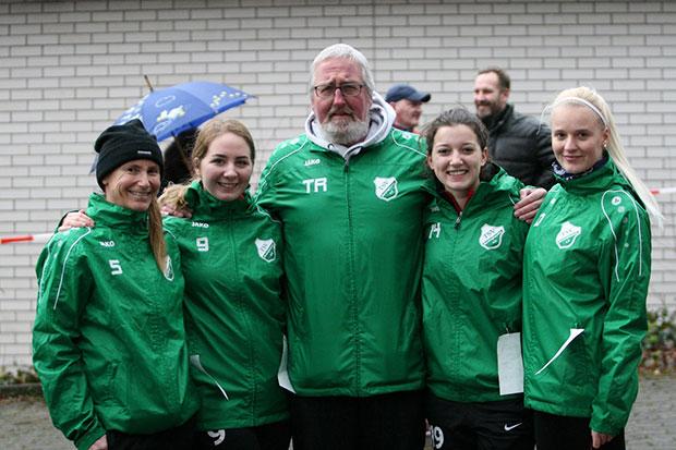 Neulinge: Die vier TSV-Fußballerinnen um Coach Herbert Steding mischten erstmals als Team mit.