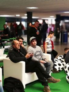 """Reporterlegende: Auch """"Rollo"""" Furhmann (links) versuchte sich beim eSports. Fotos: Bratke/Kahre/Körber"""