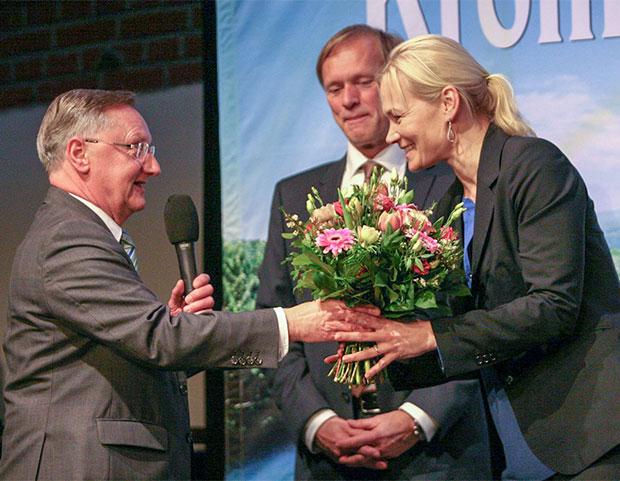 Dankeschön: NFV-Präsident Günter Distelrath verabschiedet seine Wunschkandidatin mit einem Blumenstrauß. Fotos : Bratke