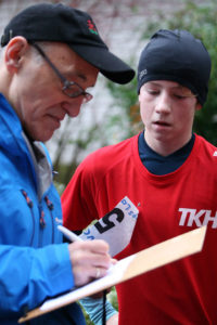 Sieger über 5,8 km: Bjarne Bernstein vom TKH überragte auf der Mittelstrecke und ließ seine Siegerzeit von TSV-Helfer Matlachowski notieren.