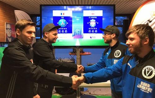 Gratulation zum Sieg: Die TSVer Robin Abram und Niklas Eberhardt (von links) avancierten in der Swiss Life-Hall zu FIFA 18-Masters-Siegern. Fotos: Körber
