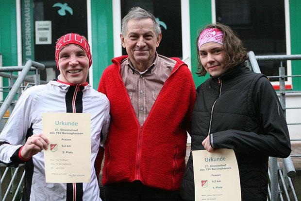 Titeilverteidigung: Vorjahressiegerin Janin Sigmundzik (rechts) und die Zweitplatzierte Ina Wildhagen nahmen Chef-Organisator Lehmann bei der Siegerehrung in die Mitte.