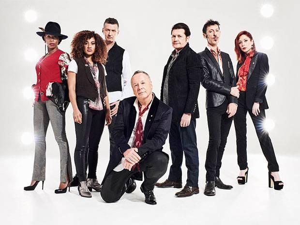 """Starke Besetzung: Jim Kerr (hockend) und Charlie Burchill (rechts daben stehend) fühlen sich wie """"Sly & The Family Stone"""". Foto: Dean Chalkley"""