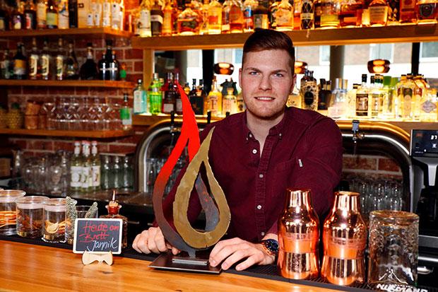Voller Stolz: Cocktailmeister und Barchef Jannik Preusche (Lieblingsbar Hannover) präsentiert seinen Gastropodium Junior Award. Fotos: Karsten Davideit
