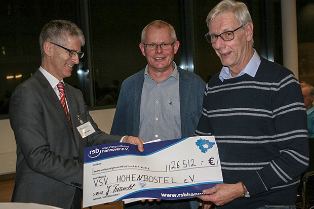 VSV: Ausschussmitglied Jürgen Pigors überreicht den Scheck an Burkhard Gärtner und Wolfhart Gritz (von links).