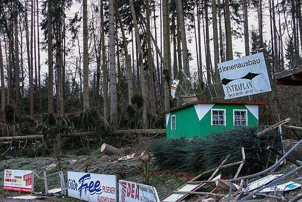 Kyrill: In 2007 sorgten entwurzelte Bäume vom Nachbargrundstück für erhebliche Schäden auf und am A-Platz des REWE-Sportparks.