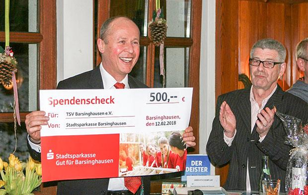 Symbolischer Scheck: Reinhard Meyer, Vorstandvorsitzender der Stadtsparkasse Barsinghausen, überreichte Co-Moderator Erk Bratke (rechts) von den TSV-Fußballern einen 500-Euro-Zuschuss für die Anschaffung eines Reinigungsgerätes für den Kunstrasenplatz.