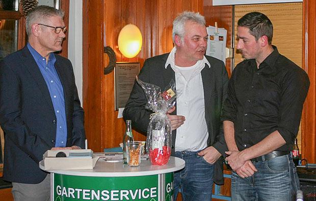 Vertragsverlängerung: Teammanager Jens Widdel (Mitte) verkündete gemeinsam mit Trainer Dennis Herrmann (rechts) die Vertragsverlängerung. Fotos: Grothe