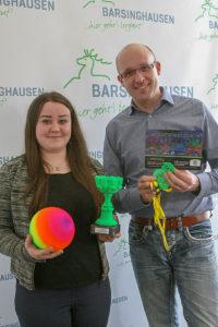 Premiere: Berufspraktikantin Sabine Fries und Jugendpfleger Björn Wende laden zum erstmals veranstalteten Schwarzlicht-Völkerballturnier ein und präsentieren schon mal die Preise für die Sieger.