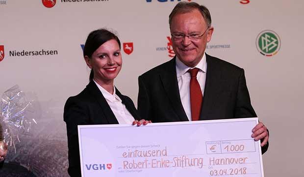 1000-Euro für die Robert-Enke-Stiftung: Stephan Weil überreichte den VGH-Scheck an Teresa Enke.