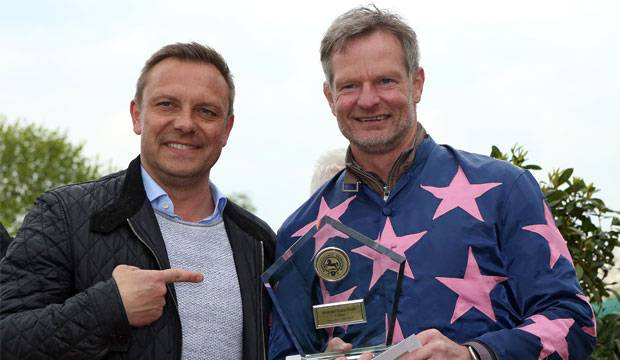 Vorjahrjahressieger: 96-Trainer André Breitenreiter (links) gratulierte seinem Torwarttrainer Jörg Sievers, der 2017 Sieger bei der Minitraber-Trophy wurde. Fotos: Sorge