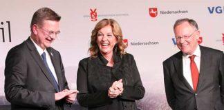 Prima Stimmung: Für gute Laune sorgten die Gespächspartner Reinhard Grindel, Bettina Tietjen und Stephan Weil (von links). Fotos: Bratke