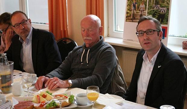 Delegation aus Barsinghausen: Andreas Schröter (rechts) von der Stadtverwaltung und Tourismus-Chef Rainer Krabbe (Mitte) stellten das Barsinghäuser Programm – links AK-Sprecher Thomas Slappa.