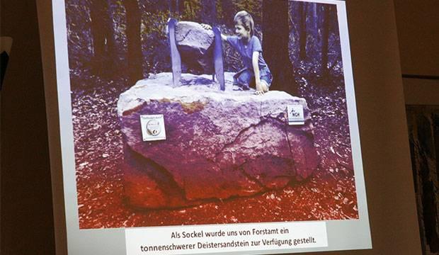 Präsentation: Der Schweden-Findling wurde auf einem tonnenschweren Deistersandstein installiert. Fotos: Bratke