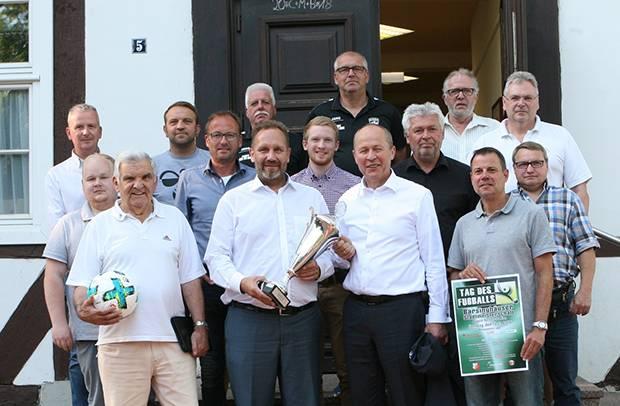"""Vorfreude: Vereinsvertreter und Sponsoren freuen sich auf den """"Tag des Fußballs"""" am 15. Juli im August-Wenzel-Stadion. Fotos: Bratke"""
