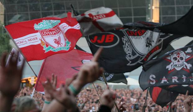 Fahnenmeer: You'll never walk alone- und Totenkopf-Banner dürfen bei einem Hosen-Konzert nicht fehlen. Fotos: Bratke