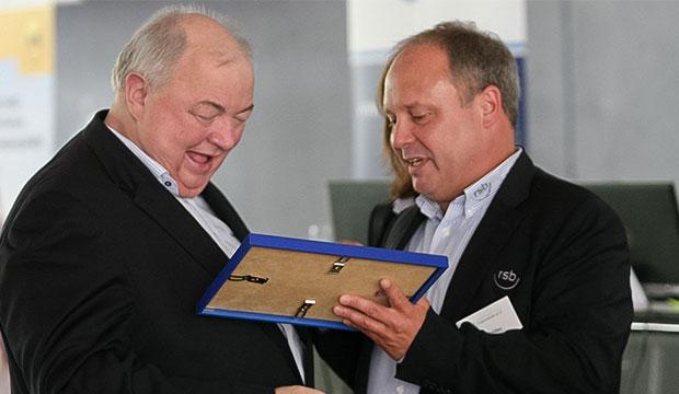 Stabwechsel: Nach Abstimmung der Delegierten ernennt Ulf Meldau (rechts) seinen Vorgänger Joachim Brandt zum Ehrenvorsitzenden. Fotos: Bratke/Seidel