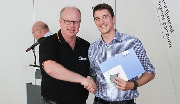 Dank und Anerkennung: Thomas Dyszack (links) ehrt den stellvertretenden Sportjugend-Vorstand Jan Wormtuh.