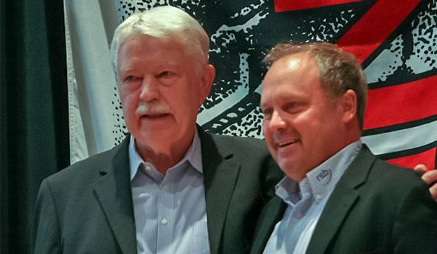 Verdienstnadeln: Ulf Meldau (rechts), neuer Chef beim Regionssportbund Hannover, überreichte Fritz Redeker die Goldenen Ehrennadeln des RSB und LSB.