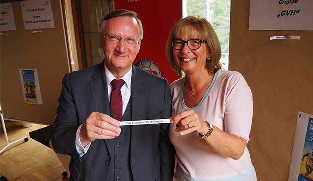 Ausgelost: NFV-Präsident Günter Distelrath und die stellvertretende Regionspräsidentin Petra Rudszuck.