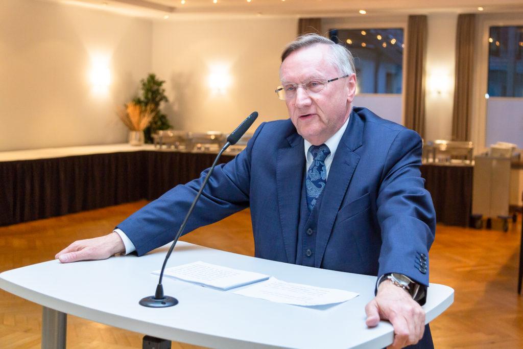 Erinnert auch an die Kindheitsjahre von Karl Rothmund: NFV-Präsident Günter Distelrath. foto:kasse