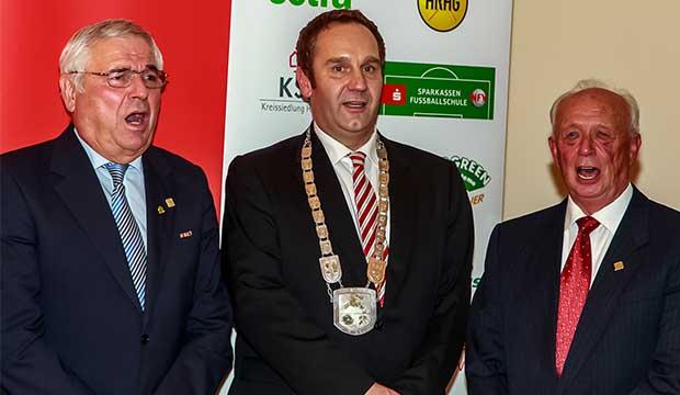 Ehrenbürger: Karl Rothmund mit Bürgermeister Marc Lahmann und Dieter Lohmann. foto:kasse