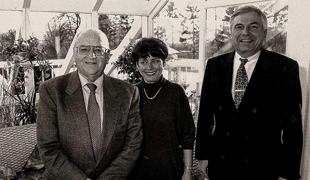 Erinnerung an die Anfangsjahre beim NFV: Karl Rothmund mit Ehefrau Edeltraud und Egidius Braun in Langreder. foto:kasse