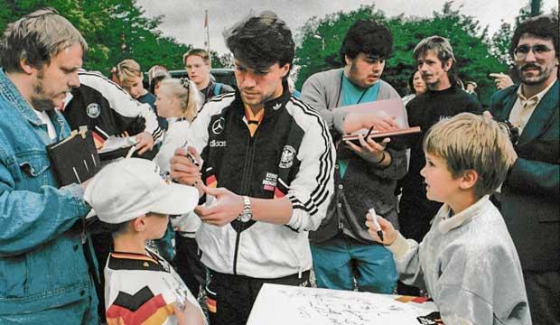 Fußballstars am Deister: Der NFV hat den Namen Barsinghausens weit in die Welt hinausgetragen. Hier gibt Lothar Matthäus Autogramme. Mit der gleichen Frisur dabei: Redakteur Wolf Kasse (rechts). Foto: Fritz Rust, 6.6.1994