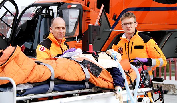 Arbeiten mit dem neuen Corpuls CPR: Dr. Christian Macke, Ärztlicher Leiter Christoph 4 (rechts) und Johanniter-Notfallsanitäter Marc Lüpkemann. Fotos: JUH/Annabelle Wegener