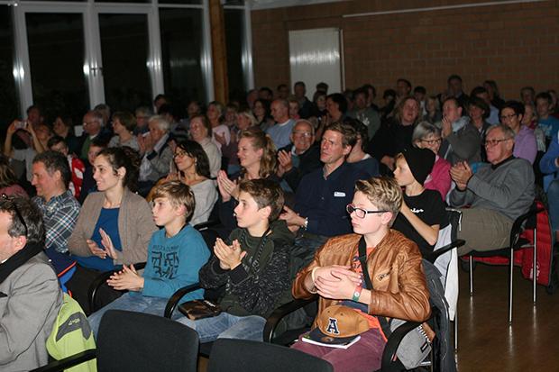 Starke Resonanz: Der Wennigser Bürgersaal war bei der Premierenlesung voll besetzt.