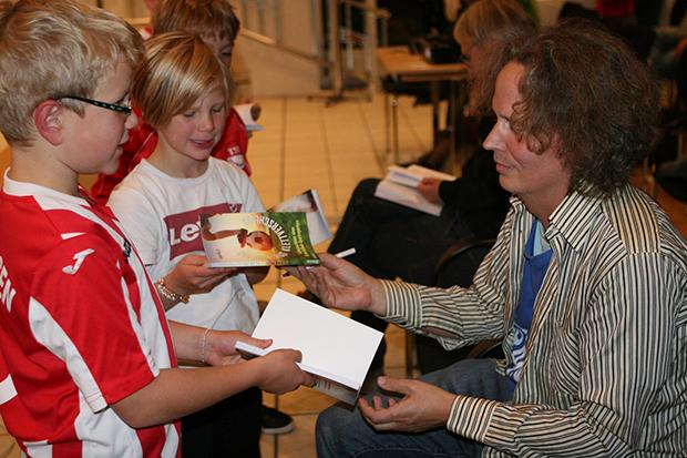 Widmung: Roman Wallat signiert die Bücher. Fotos Bratke