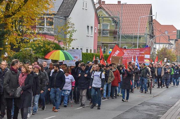 Friedliche Demo: Rund 1.000 Menschen zeigten Flagge gegen die AfD. Fotos: Holger Bade