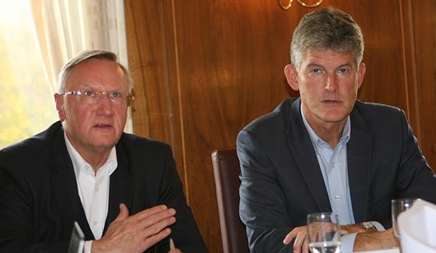 Zuhören: Präsident Günter Distelrath und NFV-Verwaltungsdirektor Bastian Hellberg (rechts) hören sich die Forderungen der Basis an.