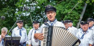 """Der Shanty-Chor """"Hallerschipper"""" aus Springe sorgt für die passenden Klänge zum Motto """"Am Meer"""" beim maritimen Sommerfest im Haus Lüdersen. Foto: Julia Dittrich"""
