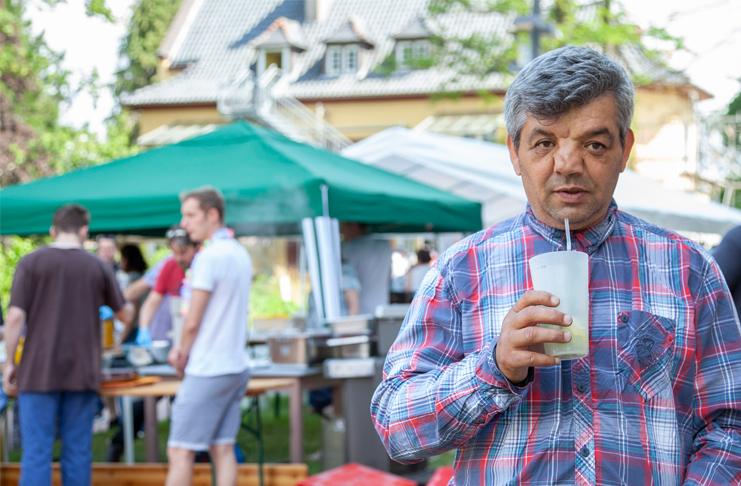 Erkan Aybaz genießt beim Sommerfest der Diakonie Himmelsthür im Haus Lüdersen einen kühlen Cocktail. Foto: Julia Dittrich