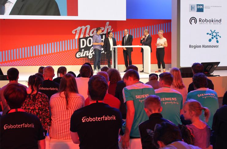 IHK-Hauptgeschäftsführer Dr. Horst Schrage mit Prof. Dr. Sami Haddadin und Ulf-Birger Franz im Talk in Halle 7 auf der IdeenExpo. Foto: IHK Hannover