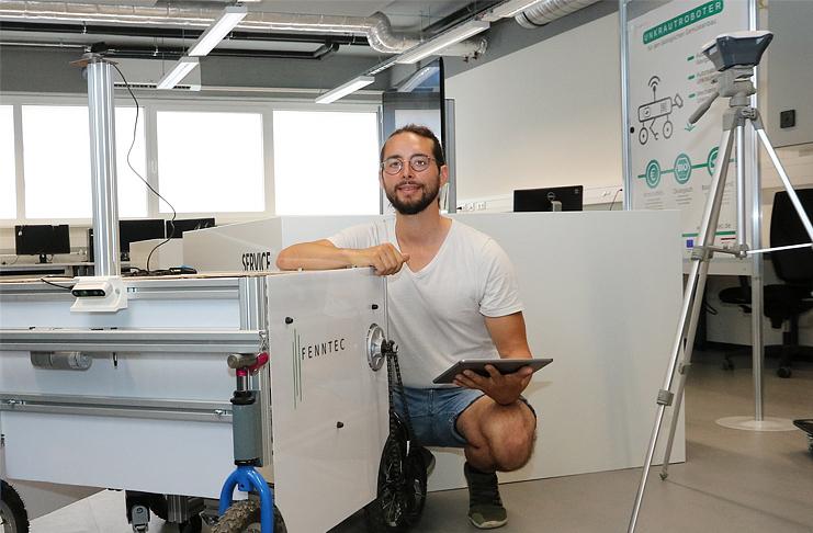 Unkraut vernichten ohne Einsatz von Herbiziden: Manuel Ufheil von Fenntec erklärt den autonomen Roboter, der mechanisch Unkraut bekämpft.  Foto: Region Hannover / S. Wendt