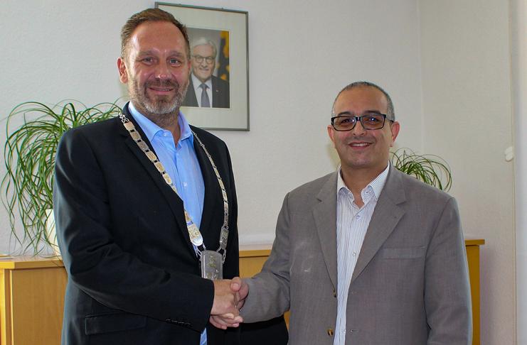 Barsinghausens Bürgermeister Marc Lahmann hat die Amtskette aus dem Tresor geholt. Sein Amtskollege Brahim Bouakhaden aus Tiznit kommt ohne aus.