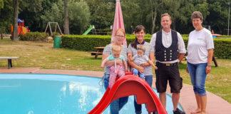 Neue Rutsche für die Kinder: Von links Regina Huschke, Greta Marlene Huschke, Janine Isabelle Kreft, Lilly Lucia Kreft, Andy Kreft und Schwimmmeisterin Antje Berkenkamp.