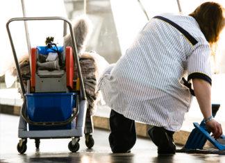 """Reinigungskräfte sind auf jeden Euro angewiesen. Jetzt wollen ihnen die Arbeitgeber Zuschläge und Urlaubstage streichen. Die Gebäudereiniger-Gewerkschaft IG BAU spricht von einem """"Schlag ins Gesicht"""" der Beschäftigten – und ruft zu einem """"heißen Sommer"""" in der Branche auf. Foto: IG BAU"""