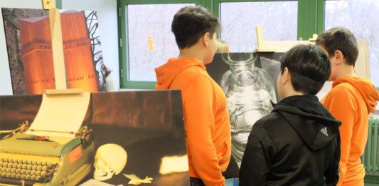Treppenhäuser als Fotogalerie: Schüler der IGS Bothfeld (Hannover) betrachten ihre Kunstwerke fürs Schulgebäude. Das KUBISCH Fotoprojekt fand 2018 gemeinsam mit der Kestner Gesellschaft Hannover statt. Foto: Kestner Gesellschaft