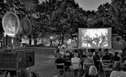Kultursommer der Region: Kultfilme im Garten von Schloss Landestrost.