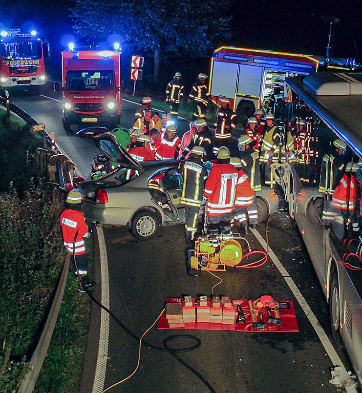 Griffbereit: Das schwere hydraulische Rettungsgerät. Ohne diese Ausrüstung hätte der eingeklemmte Fahrer wohl kaum befreit werden können. Foto: Stadtfeuerwehr Barsinghausen
