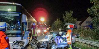 Frontalzusammenstoß mit fatalen Folgen für einen 60-jährigen Mitsubishi-Fahrer. Er wurde schwer verletzt. Der Fahrer des leeren Linienbusses erlitt leichte Verletzungen. Fotos: Stadtfeuerwehr Barsinghausen