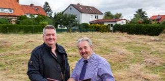 Auf diesem Grundstück an der Egestorfer Straße entsteht die Krippe Kirchelino. ASB-Geschäftsführer Jens Meier (links) und der Erste Stadtrat Dr. Thomas Wolf freuen sich auf die Zusammenarbeit. foto:kasse
